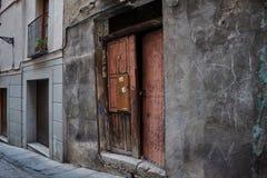 Alte Holztür nahe bei modernem Hausbau in Toledo, Spanien Nette Hintergründe Lizenzfreie Stockbilder