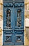 Alte Holztür umfasst mit Sprüngen, getragene Farbe Eine ideale Basis f Lizenzfreie Stockfotografie