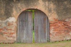 Alte Holztür und alter Ziegelstein Lizenzfreie Stockfotografie