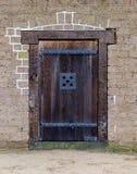 Alte Holztür- und Backsteinmauernahaufnahme, Vorderansicht Lizenzfreie Stockfotos