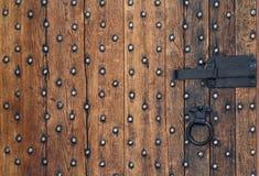 Alte Holztür und ein Metallbolzen Stockbilder
