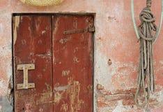 Alte Holztür und eine rosa Wand Lizenzfreie Stockfotos