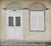 Alte Holztür und Fenster in der Chinesisch-portugiesischen Art an der alten Stadt Stockbilder
