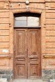 Alte Holztür zum Haus mit Backsteinmauer Einstiegstür zu altem h Stockfotografie