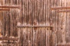 Alte Holztüren mit Klinke Stockbild