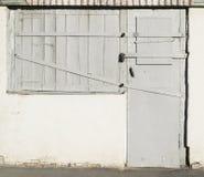 Alte Holztüren und Fenster mit Metalleinfügungen Stockfoto