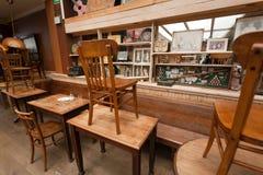 Alte Holztische im alten Restaurant mit Weinlesedekor, Retro- Möbelinnere stockfotos