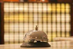 Alte Hotelglocke auf einem Marmorstand Stockfoto