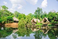 Alte Hütten und Stapel des Strohs und des Holzes, in dem sie Fischer blieben Stockfoto