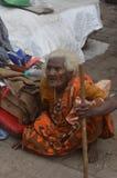Alte hungrige Dame Bettler in Indien Stockfoto