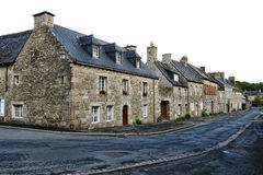 Alte Häuser auf Kleinstadt-Straße in Bretagne Frankreich Lizenzfreie Stockfotos