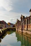 Alte Häuser und Wasserreflexionen in Colmar Stockfoto