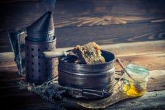 Alte Imkerarbeitsgeräte mit Honig Lizenzfreie Stockbilder