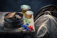 Alte Imkerwerkzeuge in der Werkstatt mit Honig Lizenzfreies Stockbild