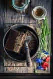 Alte Imkerwerkzeuge mit Bienenwaben, Hüten und Honig Lizenzfreies Stockfoto