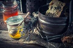 Alte Imkerwerkzeuge mit frischem und süßem Honig Stockbilder