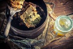 Alte Imkerwerkzeuge mit Honig Stockfotos