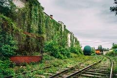 Alte industrielle Bahnhofsplattform, Beitragsapocalypse urbex Konzept lizenzfreie stockfotografie