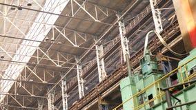 Alte industrielle Halle mit Metallstrahlen unter Decke stock footage