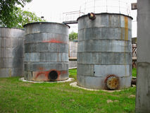 Alte industrielle rostige Becken für Chemikalien Stockbilder