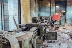 Alte industrielle Werkzeugmaschine in der Werkstatt, Abschluss oben, selektiver Fokus lizenzfreie stockfotografie