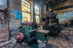 Alte industrielle Werkzeugmaschinen in der Werkstatt Rostige Metallausrüstung in verlassener Fabrik stockbild