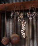 Alte Isolatoren und Schöpflöffel-linkes Hängen in der Scheune Lizenzfreie Stockfotos