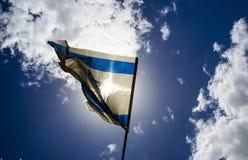 Alte israelische Flagge auf blauem Himmel und weißen Wolken Stockbild