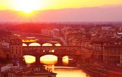 Alte italienische Brücke im Sonnenunterganglicht Stockfotografie