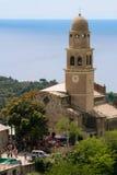 Alte italienische Kirche vor dem Meer lizenzfreies stockbild