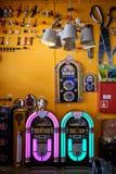 Alte juke Kästen und anderes Material an einem Speicher stockbild