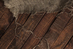 Alte Jutefaserbeschaffenheit auf Holztischhintergrund lizenzfreie stockfotos