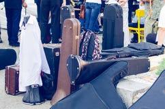 Alte Kästen für Musikinstrumente auf der Straße Lizenzfreie Stockfotos