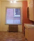 Alte Küche, die auf eine Umarbeitung wartet Lizenzfreie Stockbilder