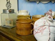 Alte Küchengeräte, Becher, Handschlagsahne Stockbilder