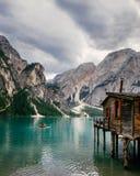 Alte Kabine bei Lago Di Braies in den italienischen Dolomit Stockbilder