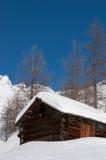 Alte Kabine an einem wundervollen sonnigen Wintertag. Stockfotografie