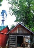 Alte Kabine mit Windmühle Stockbilder