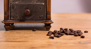 Alte Kaffeemühle mit Bohne Lizenzfreie Stockfotos