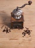 Alte Kaffeemühle mit Bohne Stockbilder
