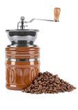 Alte Kaffeemühle mit Kaffeebohnen auf einem weißen Hintergrund Stockfotos