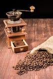 Alte Kaffeemühle und Bohnen Stockbilder