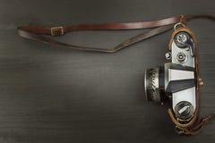 Alte Kamera auf einem schwarzen hölzernen Hintergrund Die Kamera der letzten Werbung für den Verkauf der Kamera Für Rollfilmkamer Lizenzfreie Stockfotos