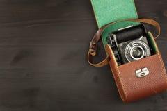 Alte Kamera auf einem schwarzen hölzernen Hintergrund Die Kamera der letzten Werbung für den Verkauf der Kamera Für Rollfilmkamer Stockbilder