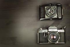 Alte Kamera auf einem schwarzen hölzernen Hintergrund Die Kamera der letzten Werbung für den Verkauf der Kamera Für Rollfilmkamer Stockfotos