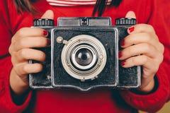 Alte Kamera in den Händen des kleinen Mädchens Stockfoto