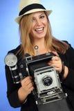 Alte Kamera der blonden weiblichen Holding des Spaßes Stockfotografie