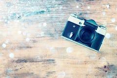 Alte Kamera der Weinlese auf braunem hölzernem Hintergrund. Raum für Text. Stockfotografie