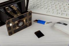 alte Kamera der Weinlese, Flash-Karten-Mausunterlage, Sd-Karte Stockfoto