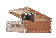 Alte Kamera in einem alten Koffer Stockfotografie